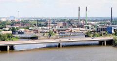 Blick über den Hamburger Müggenburger Zollhafen zur Autobahnbrücke der A255; dahinter sind die hohen Industrieschornsteine der Aurubis, vorm. Norddeutsche Affinerie auf der Veddel / Peute zu erkennen.