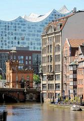 Nikolaifleet in der Hamburger Altstadt - re. historische Bebauung der Deichstraße, dahinter das geschwungene Dach der Elbphilharmonie.