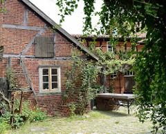 Bilder aus der Altstadt von Hitzacker, Blick in einen Hinterhof mit Fachwerkhaus und Scheune.