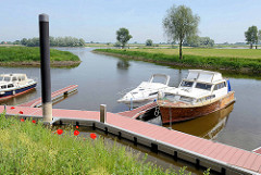 Neuer Sportboothafen / Marina in Hitzacker; im Hintergrund die Elbe.