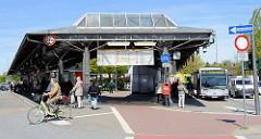 Bushaltestelle am Eidelstedter Markt - zentrale Busstation des Stadtteils / ZOB.