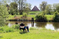Hamburg im Sommer, Entspannung am Ufer  der Goseelbe, einem 15 Kilometer langer Altwasserarm der Elbe in den Hamburger Vier- und Marschlanden.