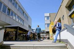 Architekturfotos aus der City Nord in Hamburg Winterhude. Treppenaufgang zu Geschäften und Post am Überseering.