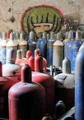 Verlassene Fabrik in Hamburg Wilhelmsburg - Gasflaschen und Graffiti.