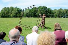 Levend Lijf (NL) mit der Bewegungsperformance Roest / Rost auf der ParkPerPlex im Norderstedter Stadtpark.