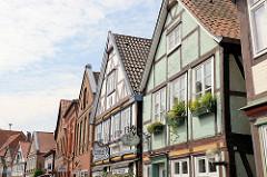 Hausgiebel mit Fachwerkhäusern der historischen Stadtinsel von Hitzacker, die unter Denkmalschutz steht.