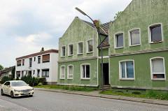 Alte und neue Wohnhäuser am Niedergeorgswerder Deich in Hamburg Wilhelmsburg.