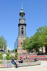 Springbrunnen an der Michelwiese im Sommer - Kirchturm der Hamburger Hauptkirche St. Michaelis.