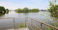 Blick über das Wendebecken  vor der ehemaligen Müggenburger Schleuse im Hamburger Stadtteil Veddel. Links der Müggenburger Kanal, re. der Hovekanal - beide Wasserwege führen zum Peutekanal und Müggenburger Zollhafen.