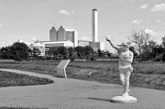 Hermesstatue auf dem Gelände der Wasserkunst Elbinsel Kaltehofeiin Hamburg Rothenburgsort - im Hintergrund das Heizkraftwerk Tiefstack.