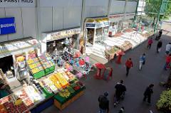 Innenhof mit Geschäften im Eidelstedt Center im Hamburger Stadtteil Eidelstedt.