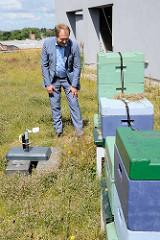 Der Hamburger Umweltsenator Jens Kerstan auf dem Dach der Behörde für Stadtentwicklung und Umwelt (BSU) bei den dort stehenden Bienenkästen; eine Webcam überträgt das Treiben der Bienen ins Internet.
