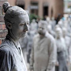 GESTALTEN zum G20-Gipfel - Kunstperformance  als Kritik am G20-Gipfel. Hunderte in Lehm gehüllte Menschen sollen für eine Gesellschaft stehen, die den Glauben an Solidarität verloren hat und in der der Einzelne nur noch für das eigene Vorankomme
