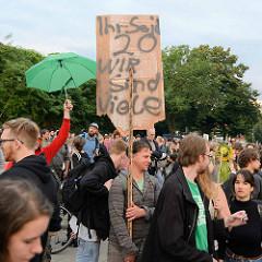 Ihr seid 20 - wir sind viele; Lieber tanz ich als G 20 - Tanzdemo mit Techno-Musik und bunten Anti G20 Schildern; ca. 20 000 Teilnehmer*Innen.