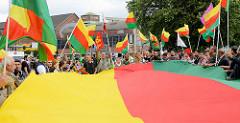 Flagge des Kurdischen Parlaments im Exil -  Demonstration am 08. Juli gegen G20 in Hamburg.