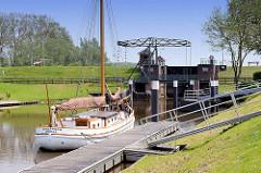 Schleuse der Wilster Au - Kaseort; Mündung in die Stör; Segelschiff Fritz Lexow.