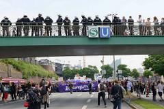 Demonstration Bildungsstreik, Transparent :  Another World is Possible - Jugend Gegen G20 an den Hamburger St. Pauli Landungsbrücken. Polizisten beobachten das Geschehen von der Fußgängerbrücke aus.