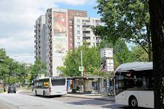 Bushaltestelle an der U-Bahnstation Mümmelmannsberg im Hamburger Stadtteil Billstedt; Hochhaus mit Fassadenmalerei.