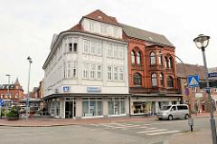 Historische Architektur in Wilster - lks. das ehem. Geschäftshaus / Textilkaufhaus der Fa. J.P.T. Andersen Söhne am Marktplatz in Wilster, erbaut 1913.