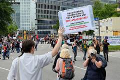 Selbstgefertigtes Schild: Polizei Hamburg: Eskalieren bis es Tote & Verletzte gibt - Verfassungsbruch - Artikel 8 Grundgesetz: ICH DARF HIER DEMONSTRIEREN! 39 km² Demoverbotszone sind der Tod jeder Demokratie.