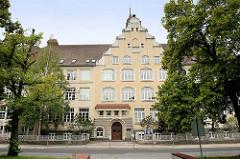 Historische Schularchitektur - Schulgebäude vom Werner Heisenberg Gymnasium in Riesa; ehem. Volksschule Gröba, eingeweiht 1908. Zwischenzeitlich Lazarett, August-Bebel-Schule und Friedlich-Engels-Schule.