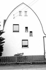 Architekturbilder aus Riesa / Spitztonnendach / Zollingerdach - unterschiedliche Fensteranordnung.