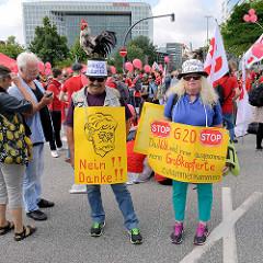 Demonstration am 08. Juli gegen G20 in Hamburg - Plakate: Globale Solidarität - Das Volk wird immer ausgenommen wenn Großkopferte zusammenkommen.