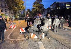 Starke Polizeimänner räumen eine Straßenblockade am Kleinen Schäferkamp von Hand weg - Proteste wg. G20 in Hamburg.