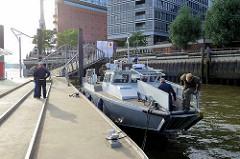 Das schwedische  Hochgeschwindigkeitsschiff / Combat Boat / Kampfboot )  wurde an die Hamburger Polizei wg. des G20 Gipfels ausgeliehen. Das Schiff kann bis zu 45 kn - 83 km/h fahren.