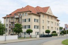 Mehrstöckiger Wohnblock mit Ziegeldach, Balkons und Fensterläden; Rittergutstraße in Riesa.