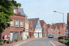 Wohnhäuser in unterschiedlichen Bauformen an der Strasse Klosterhof in der Stadt Wilster.
