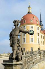 Balustraden Statue / Skulptur am Schloss Moritzburg - Piqueur mit Parforcehorn und Jagdhund; Bildhauer Wolf Ernst Brohn, 1660.