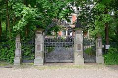 Schmiedeeisen Tor der Gründerzeit-Villa Schütt in Wilster, erbaut 1897 für den Lederfabrikanten Marcus Schütt.
