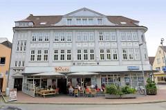 Historische Architektur in Wilster - ehem. Geschäftshaus / Textilkaufhaus der Fa. J.P.T. Andersen Söhne am Marktplatz in Wilster, erbaut 1913.