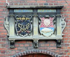 Wappen an der Fassade vom Alten Rathaus in Wilster.