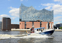 Ein Polizeiboot der Hamburger Wasserschutzpolizei WaPo sichert die Elbe und die Elbphilharmonie während des G20 Gipfels.