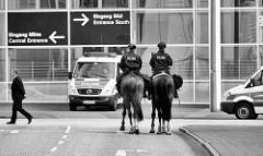 ReiterInnenstaffel - Polizistinnen zu Pferd sichern das Gebiet um die Messehallen in Vorbereitung zum G20 Gipfel in der Hansestadt Hamburg.