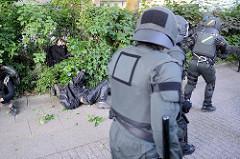 Demonstration Welcome to Hell - Polizei prügelt Demnostranten ins Gebüsch - Nähe Neuer Kamp, Schanzenviertel; Protest gegen den G20 Gipfel in Hamburg.