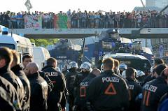 Polizeikräfte an der Hafenstraße schützen die  Demonstration Welcome to Hell -  Proteste gegen den G20 in der Hansestadt Hamburg.