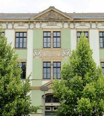 Käthe Kollwitz Grundschule am Rathausplatz von Riesa - Inschrift Berufsschule.