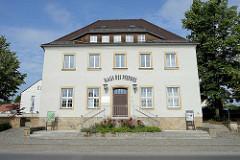 Historisches Gebäude an der Schlossallee in Moritzburg - ehem. Gasthaus, jetzt Haus des Pferdes.