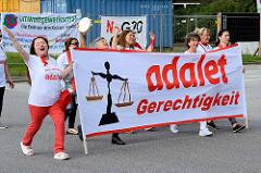 Demonstrationszug am 08. Juli gegen G20 in Hamburg - Frauen mit T-Shirt, Transparent: adalet - Gerechtigkeit!