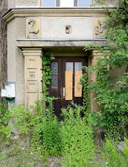Verlassenes Gebäude in Gröba / RIesa - mit Wildkraut zugewachsener Hauseingang vom Verwaltungsgebäude für den Elektrizitätsverband Gröba, entworfen 1910 von Martin Hammitzsch.