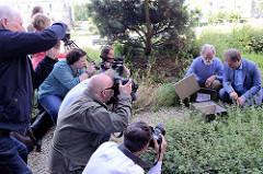 Der Hamburger Umweltsenator Jens Kerstan besucht die neu angesiedelten Hummelvölker auf dem Dach der Behörde für Stadtentwicklung und Umwelt (BSU); der Imker sowie Wespen-,Hummel- und Hornissennestumsetzer Bent Schubert zeigte dem Senator.