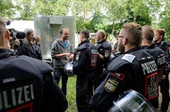 Verhandlungen der bayrischen Polizei bei den Veranstaltern des G20 Protestcamp auf Entenwerder in Hamburg Rothenburgsort.
