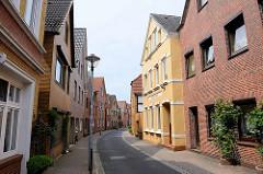 Schmale Einbahnstraße - Wohnhäuser  in der Deichstrasse von Wilster.