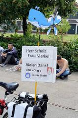 Demonstration am 08. Juli gegen G20 in Hamburg - Pappplakat: Herr Scholz, Frau Merkel - Vielen Dank, G20 Chaos in der Stadt.