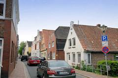 Schmale Straße - Straßenverkehr, fahrende und parkende Autos - Wohnhäuser in der Burger Straße von Wilster.