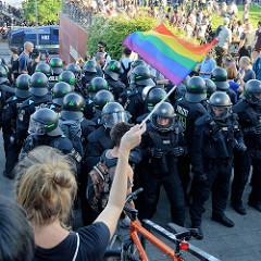 Der Schwarze Block wird mit einer bunten Fahne begrüßt - Protest gegen den G20 Gipfel in Hamburg.