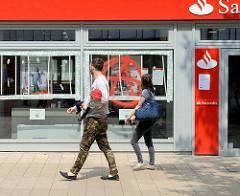 Während der Proteste gegen den G20 Gipfel entglaste, mit Notreparatur versehene Glasscheiben einer Bank in der Großen  Bergstrasse von Hamburg Altona.